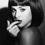 Retrato monocromático de la muchacha morena hermosa Pelo negro sano corte de pelo de la sacudida fotografía de archivo