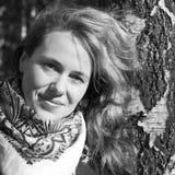 Retrato monocromático de la mujer caucásica joven Foto de archivo
