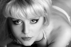 Retrato monocromático de una mujer joven hermosa Fotografía de archivo libre de regalías