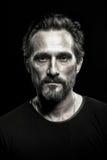 Retrato monocromático do homem beardy maduro forte fotos de stock