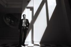 Retrato monocromático do homem considerável no terno imagens de stock royalty free