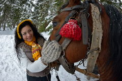 Retrato moreno bonito da mulher com o cavalo no inverno foto de stock