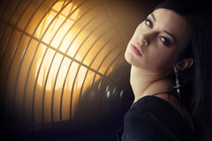 Retrato moreno bonito novo da mulher no projector Foto de Stock Royalty Free