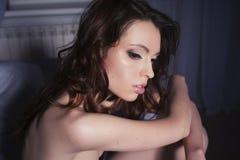 Retrato moreno hermoso de la mujer en hogar de la cama Imagenes de archivo