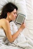 Retrato moreno hermoso joven de la mujer que miente en dormir de la cama Imagen de archivo libre de regalías