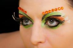 Retrato moreno precioso de la mujer con maquillaje creativo Imagen de archivo libre de regalías