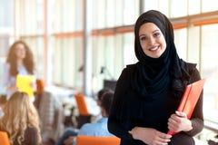 Retrato muçulmano moderno bonito da mulher de negócios no escritório Foto de Stock