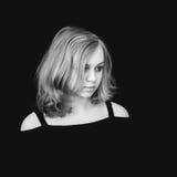 Retrato Muchacha rubia adolescente hermosa sobre negro Imágenes de archivo libres de regalías