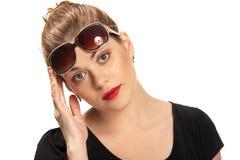 Retrato mujeril con las gafas de sol Fotografía de archivo