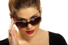 Retrato mujeril con las gafas de sol Imágenes de archivo libres de regalías