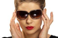 Retrato mujeril con las gafas de sol Foto de archivo libre de regalías