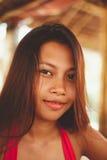 Retrato, mulher asiática nova atrativa com olhos agradáveis e bordos Foto de Stock
