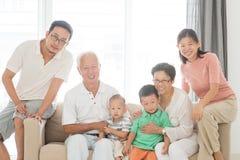 Retrato multi feliz de la familia de las generaciones fotos de archivo