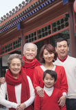 Retrato multigeneración de la familia por el edificio del chino tradicional foto de archivo libre de regalías