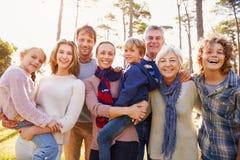 Retrato multigeneración feliz de la familia en el campo imagenes de archivo