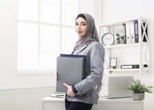 Retrato musulmán de la empresaria en la oficina imagen de archivo libre de regalías