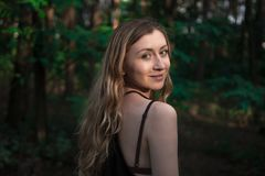 Retrato natural bonito da menina na floresta sem estilo de vida da composição, beleza pura Fotografia de Stock Royalty Free