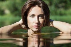 Retrato natural da jovem mulher fora Imagens de Stock Royalty Free