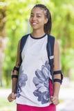 Retrato natural del adolescente afroamericano positivo feliz Presentación al aire libre en parque Fotos de archivo