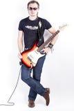 Retrato natural del guitarrista caucásico joven y tranquilo Posing Against White Imágenes de archivo libres de regalías
