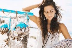 Retrato natural do ar livre da jovem mulher bonita Imagem de Stock