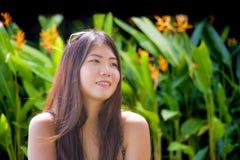 Retrato natural e fresco do estilo de vida do sorriso coreano asiático doce e feliz novo da mulher relaxado e de alegre isolado e foto de stock royalty free