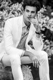 retrato Negro-blanco del hombre de moda hermoso joven en el traje blanco contra fondo de la naturaleza Fotos de archivo libres de regalías