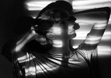 Retrato negro y blanco de la muchacha elegante. Imagen de archivo libre de regalías