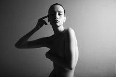 Retrato negro y blanco de la muchacha elegante desnuda Fotografía de archivo