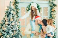 Retrato, niños y bebé de la familia de la Navidad en Santa Hat With Present, Imagen de archivo
