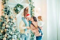 Retrato, niños y bebé de la familia de la Navidad en Santa Hat With Present, Fotografía de archivo libre de regalías