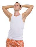 Retrato no homem novo das férias que sunbathing foto de stock