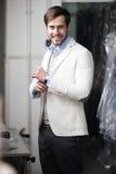 Retrato no perfil de um homem novo considerável na loja fotografia de stock royalty free
