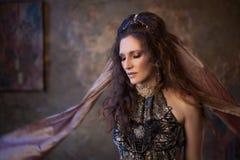 Retrato no xaile Dançarino tribal, mulher bonita no estilo étnico em um fundo textured fotos de stock