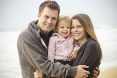 Retrato novo bonito da família na praia Imagens de Stock
