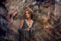 Retrato novo bonito da mulher do boho fora no por do sol fotografia de stock