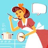 Retrato novo da dona de casa no vestido retro da forma que cozinha a sopa Imagens de Stock