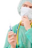 Retrato novo do doutor com uma seringa Fotos de Stock Royalty Free