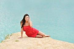 Retrato novo do famale que encontra-se em uma praia da areia Imagens de Stock Royalty Free