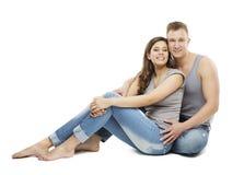 Retrato novo dos pares, menina feliz e amigo de menino nas calças de brim Fotografia de Stock Royalty Free