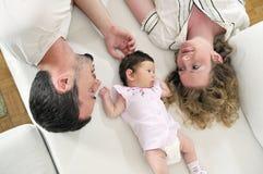 Retrato novo feliz da família fotos de stock