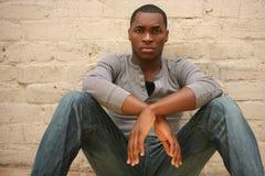 Retrato novo sério Agains do homem do americano africano foto de stock royalty free