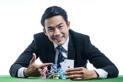 Retrato o dedo do uso do jogador do pôquer que aponta a um par de áss Imagem de Stock Royalty Free