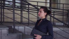 Retrato O duvushka do negócio circunda a cidade video estoque