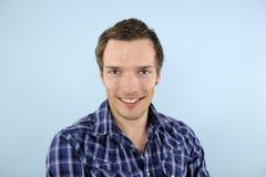 Retrato o una sonrisa del hombre joven foto de archivo