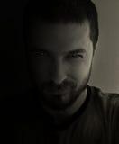 Retrato obscuro del hombre de la mala voluntad fotos de archivo