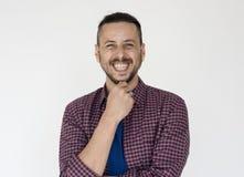 Retrato ocasional de sorriso do estúdio da felicidade do homem fotos de stock royalty free
