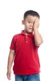 Retrato olho fechado de sorriso bonito do rapaz pequeno do um com sua mão Fotografia de Stock