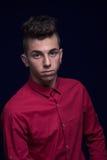 Retrato ordinario, un muchacho del adolescente, camisa roja, caucásico, oscuro Fotos de archivo libres de regalías