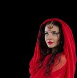 Retrato oriental del estilo de la mujer joven en rojo en fondo oscuro Fotografía de archivo libre de regalías